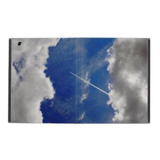 Rastros del avión de reacción entre dos nubes