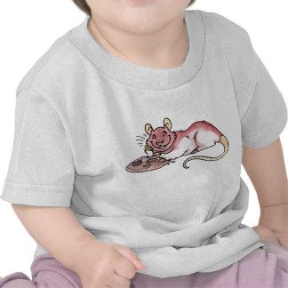 Rata con una camiseta del niño de la galleta