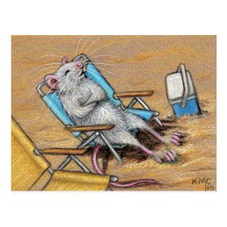 Rata que se relaja en la postal de la playa