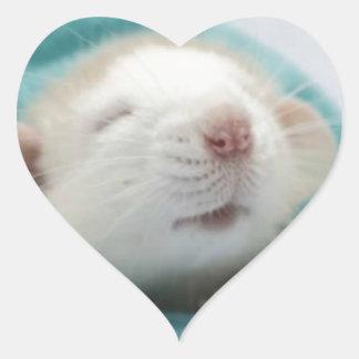 Rata soñolienta pegatina en forma de corazón