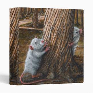 Ratas por la vieja carpeta del escondite del árbol