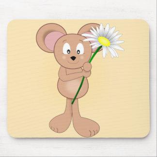 Ratón adorable del dibujo animado que sostiene la alfombrillas de ratón