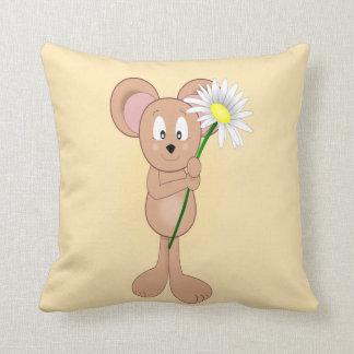 Ratón adorable del dibujo animado que sostiene la cojines