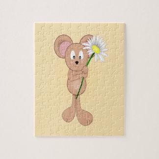Ratón adorable del dibujo animado que sostiene la  puzzle