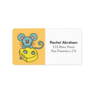 Ratón azul lindo con queso amarillo etiqueta de dirección