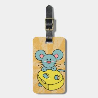 Ratón azul lindo con queso amarillo etiqueta de equipaje