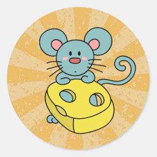 Ratón azul lindo con queso amarillo pegatina redonda