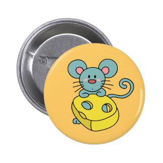Ratón azul lindo con queso amarillo pin redondo de 2 pulgadas