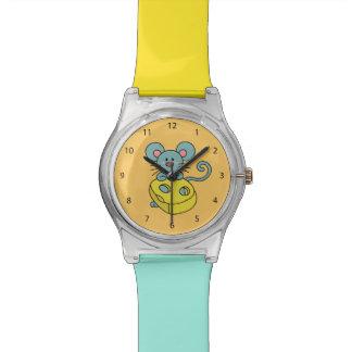 Ratón azul lindo con queso amarillo reloj