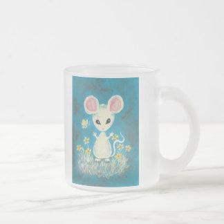 Ratón blanco con las flores y la mariposa taza cristal mate