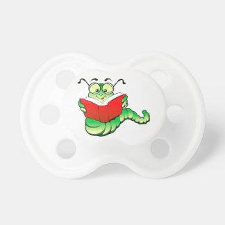Ratón de biblioteca verde con los vidrios que lee chupetes
