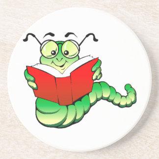 Ratón de biblioteca verde con los vidrios que lee posavaso para bebida