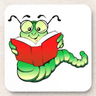 Ratón de biblioteca verde con los vidrios que lee posavasos de bebidas