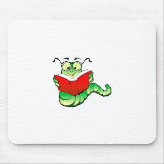 Ratón de biblioteca verde con los vidrios que lee tapete de ratones