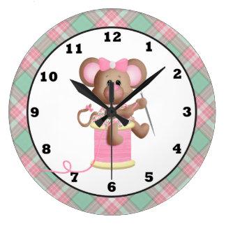 Ratón de costura que hace el reloj de pared a mano
