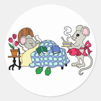 Ratón de la mamá que cuida para el niño enfermo pegatina redonda