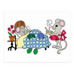 Ratón de la mamá que cuida para el niño enfermo tarjeta postal