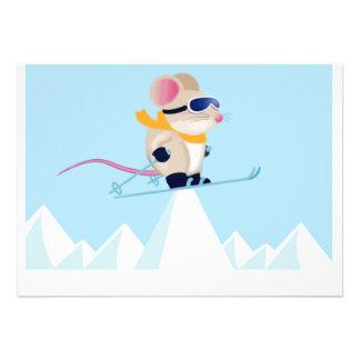 Ratón de la patrulla del esquí en las montañas