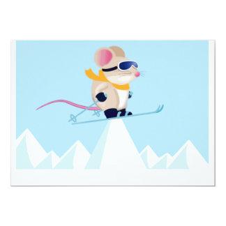 Ratón de la patrulla del esquí en las montañas comunicado