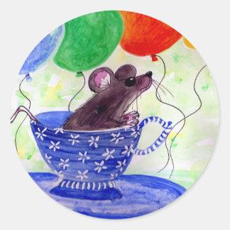 Ratón de la taza de té de la sorpresa pegatina redonda