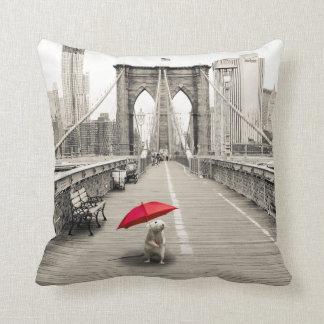 Ratón de Marty en almohada del puente de Brooklyn