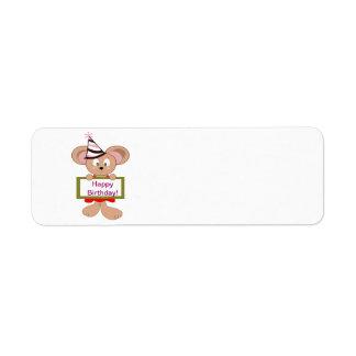 Ratón del dibujo animado en muestra del cumpleaños etiqueta de remite
