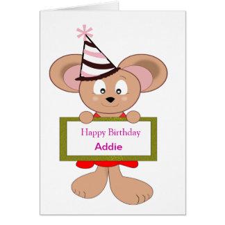Ratón del dibujo animado en muestra del cumpleaños tarjeta de felicitación