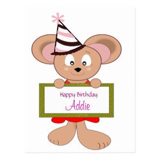 Ratón del dibujo animado en muestra del cumpleaños postal