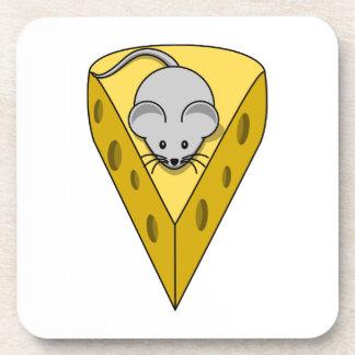 Ratón del dibujo animado en una cuña del queso sui