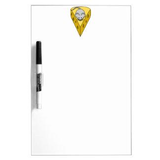 Ratón del dibujo animado en una cuña del queso sui pizarras blancas