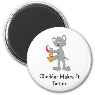 Ratón del dibujo animado que vierte el queso derre imán redondo 5 cm