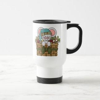 Ratón del navidad en cesta taza