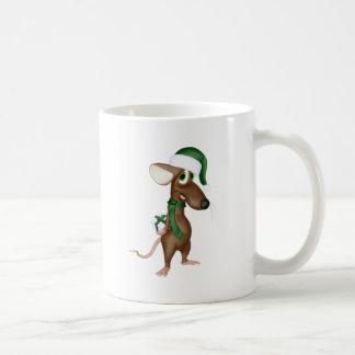 Ratón del navidad en verde taza de café