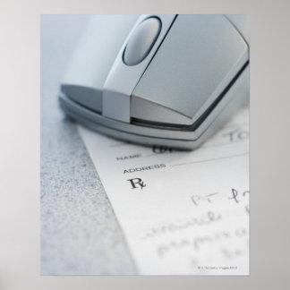 Ratón del ordenador en la prescripción escrita impresiones