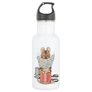 Ratón del sastre en el carrete del hilo botella de agua