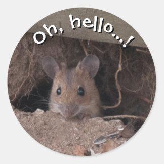 Ratón en agujero pegatina redonda