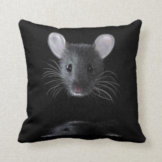 Ratón en el amortiguador del tiro de la lluvia cojín decorativo