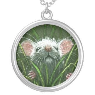 Ratón en el collar de la hierba