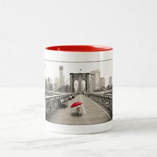 Ratón en la taza del puente de Brooklyn - rojo de