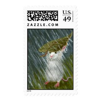 Ratón en lluvia con el sello de la hoja