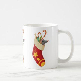 Ratón en un almacenamiento del navidad taza