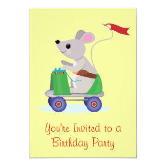 Ratón en una invitación del cumpleaños de la vespa