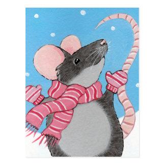 Ratón feliz en postal festiva de la nieve