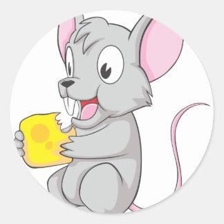 Ratón feliz que come el queso pegatina redonda