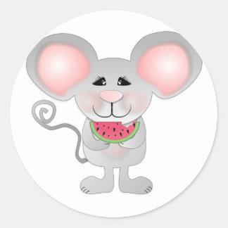 ratón gris adorable que sostiene la sandía etiqueta redonda