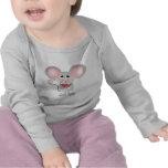 ratón gris adorable que sostiene la sandía camiseta
