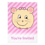 Ratón lindo del dibujo animado en rayas rosadas comunicado
