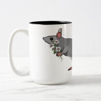 Ratón lindo que sostiene un ramo de margaritas taza de café de dos colores