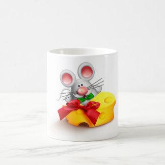 Ratón que come la taza del queso
