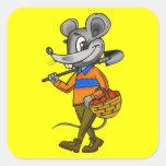 Ratón que cultiva un huerto calcomanias cuadradas